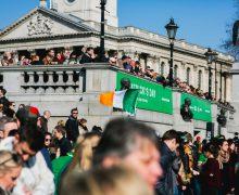 В прошедшее воскресенье сотни тысяч человек отпраздновали на улицах британских городов День Святого Патрика