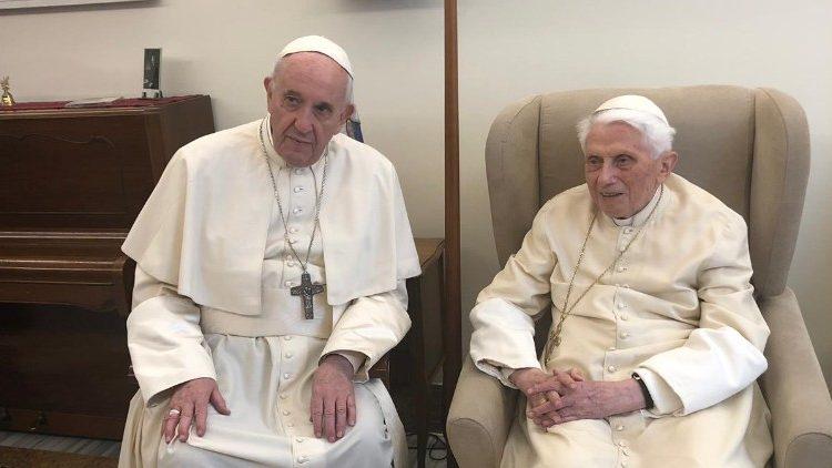 Папа Франциск поздравил Бенедикта XVI с Пасхой и днём рождения