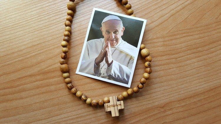 Папа Франциск празднует свои именины в духовном единении с молодежью, которой подарил несколько тысяч розариев