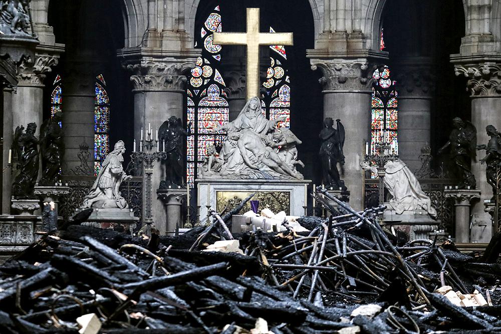 Спасенные реликвии из собора Парижской Богоматери отправят в Лувр