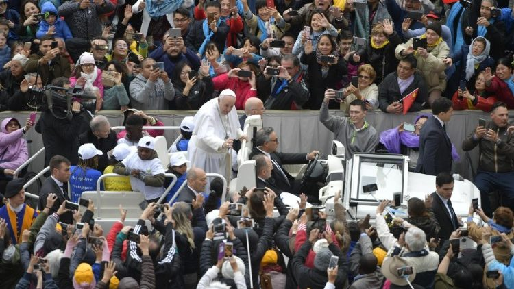 На общей аудиенции по средам Папа Франциск прокомментировал последнее, седьмое прошение Молитвы Господней