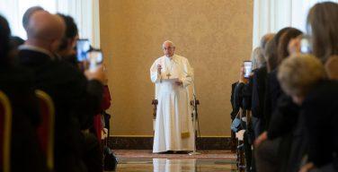 Папа Римский обратился к журналистам с просьбой быть смиренными