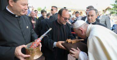 Апостольский визит Папы Франциска в Румынию завершился встречей в цыганском квартале
