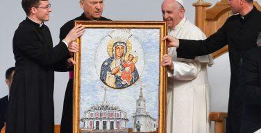 Папа Франциск в Яссах: молитва у мощей мученика, встреча с пожилыми и больными людьми, общение с молодежью и семьями