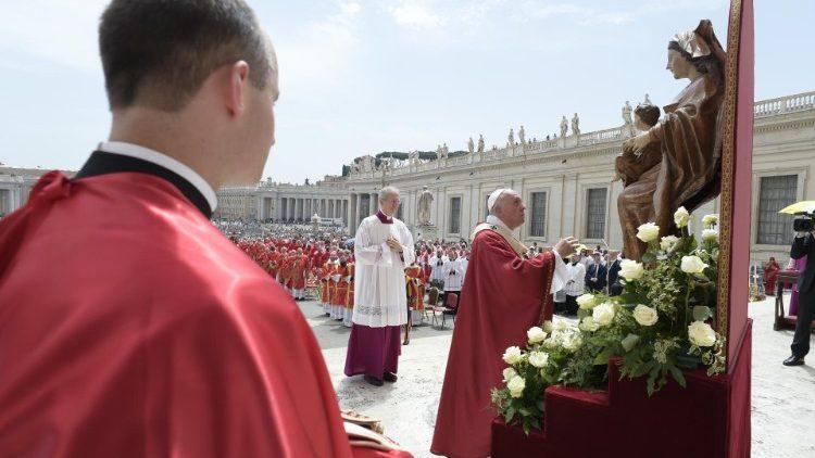 Последняя в этом году молитва «Царица Небесная»: Папа Франциск о новом блаженном, который может объединить поляков и литовцев