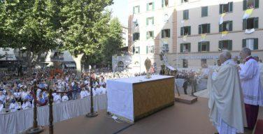 В торжество Пресвятых Тела и Крови Христа Папа Франциск призвал благословлять то, что у нас есть теперь, и не проклинать минувшее