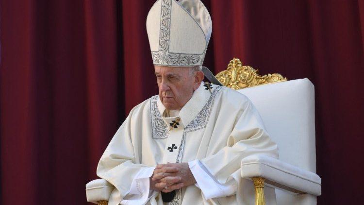 Папа Франциск в своем Twitter'е призвал молиться за больных, оставленных умирать