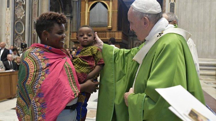 Папа Франциск возглавил св. Мессу о нуждах мигрантов в соборе Святого Петра