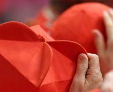 Кардиналов-выборщиков стало на одного меньше