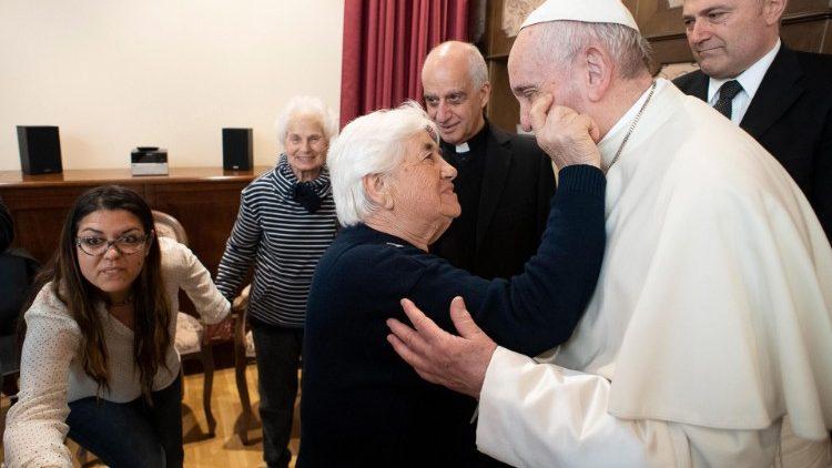Папа Франциск призвал молиться за страдающих болезнью Альцгеймера и онкозаболеваниями