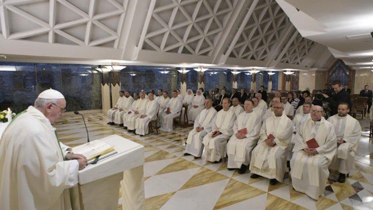 Папа Франциск на Мессе в Доме Святой Марфы: старики и молодежь – это две опоры Церкви и общества