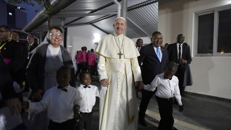 Папа Франциск встретился в Мозамбике с молодёжью из «Дома Матфея 25»