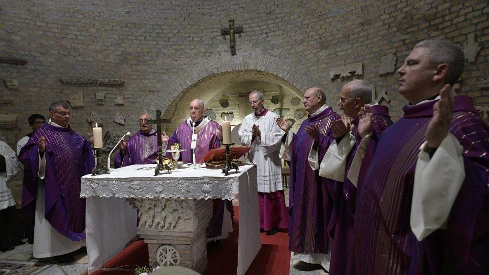 В День Поминовения Всех Усопших Верных Папа Франциск совершил Евхаристию в римских катакомбах