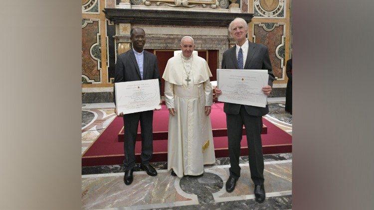 Папа вручил премию Ратцингера двум учёным