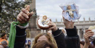 Папа Франциск благословил фигурки для Рождественского вертепа