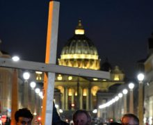 В Ватикане воздвигли крест в память о мигрантах и беженцах