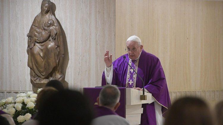 На Мессе в Доме Св. Марфы Папа Франциск предостерег от теплохладности