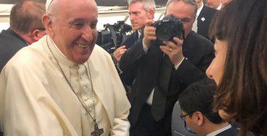 На борту с Папой Римским: что говорят и едят в самолете Понтифика?