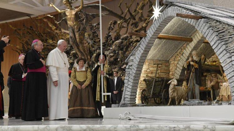 Папа Франциск принял устроителей Вертепа на площади Святого Петра