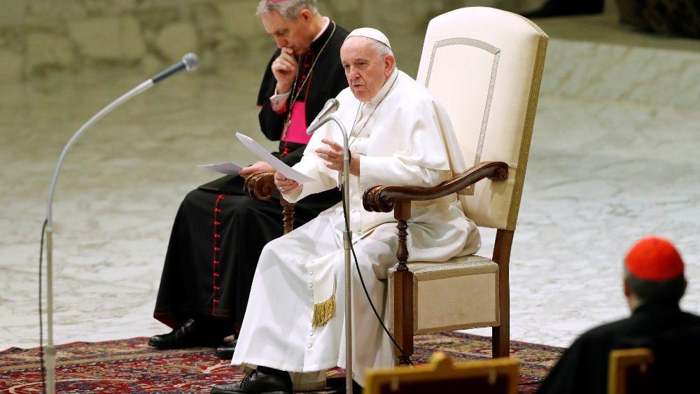 Папа Франциск призвал на общей аудиенции видеть в переживаемых испытаниях повод для евангельского свидетельства