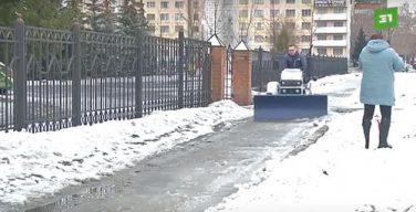 В Челябинске католический священник убирает территорию возле храма