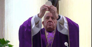 Папа Франциск отслужил Мессу в Доме Святой Марфы за больных коронавирусом