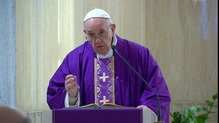 Папа Франциск на Мессе в Доме Святой Марфы: долг священников – окружать инфицированных коронавирусом пастырской опекой