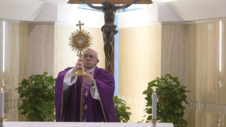 Папа Франциск посвятил Мессу в Доме Святой Марфы пожилым людям