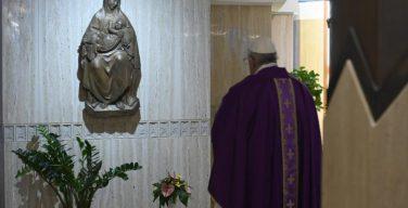 Папа Франциск помолился обо всех умерших от коронавируса