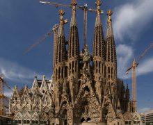 Храм Святого Семейства в Барселоне закрыли для посещений и приостановили в нем строительные работы