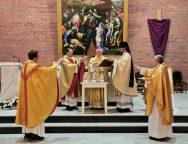 Необычная Месса освящения мира и елея в Кафедральном соборе Новосибирска