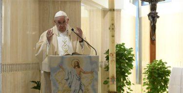 На Мессе в понедельник Светлой седмицы Папа Франциск указал на существующий выбор между радостью воскресения и желанием возвратиться в гробницу