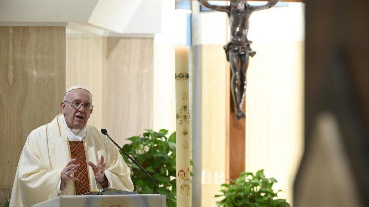 На Мессе в Доме Святой Марфы Папа Франциск призвал каждого из христиан задуматься, живет ли он во свете или во тьме