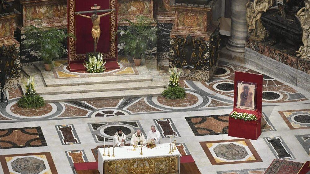 Папа Франциск на Мессе Святой Пасхальной Ночи: возвещать жизнь во времена смерти