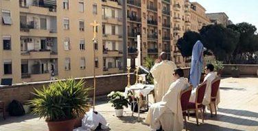 Римский священник совершил Пасхальную Мессу на крыше своей церкви