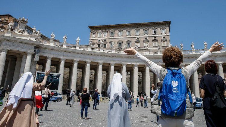 Папа Франциск впервые с марта месяца благословил верных после полуденной молитвы к Богородице из окна Апостольского дворца