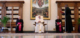 Папа Франциск в ходе катехезы на общей аудиенции 20 мая назвал молитву «вратами надежды»