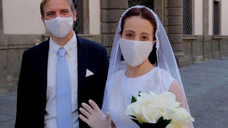 Католические епископы отвергли возможность виртуальных венчаний