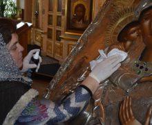 В России православные храмы возобновляют работу на фоне продолжающейся пандемии коронавируса