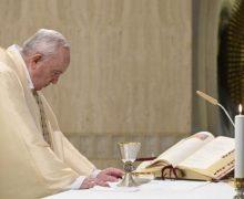 В воскресенье Доброго Пастыря Папа Франциск помолился о священниках и врачах