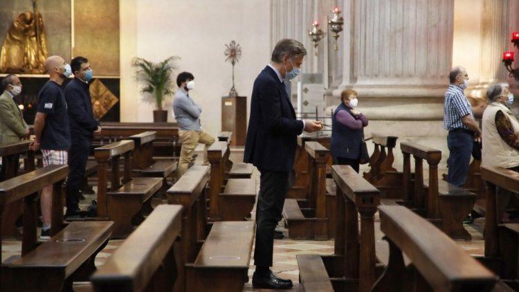 Папа Франциск напомнил, что с 18 мая в Италии возобновляются Мессы с народом и призвал верных беречь друг друга