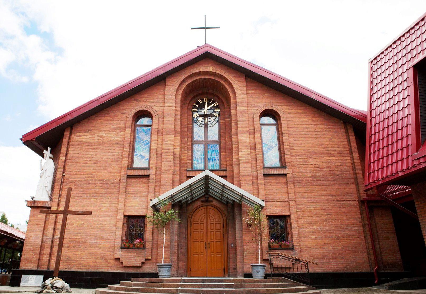Празднование Пятидесятницы в Кафедральном соборе Новосибирска