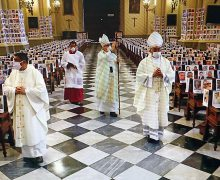 Перуанский католический архиепископ совершил Мессу перед фотографиями умерших от коронавируса людей