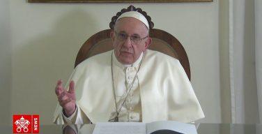 Папа Франциск призвал молиться в июле о семьях