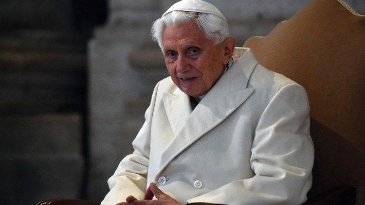Бенедикт XVI пошел на поправку