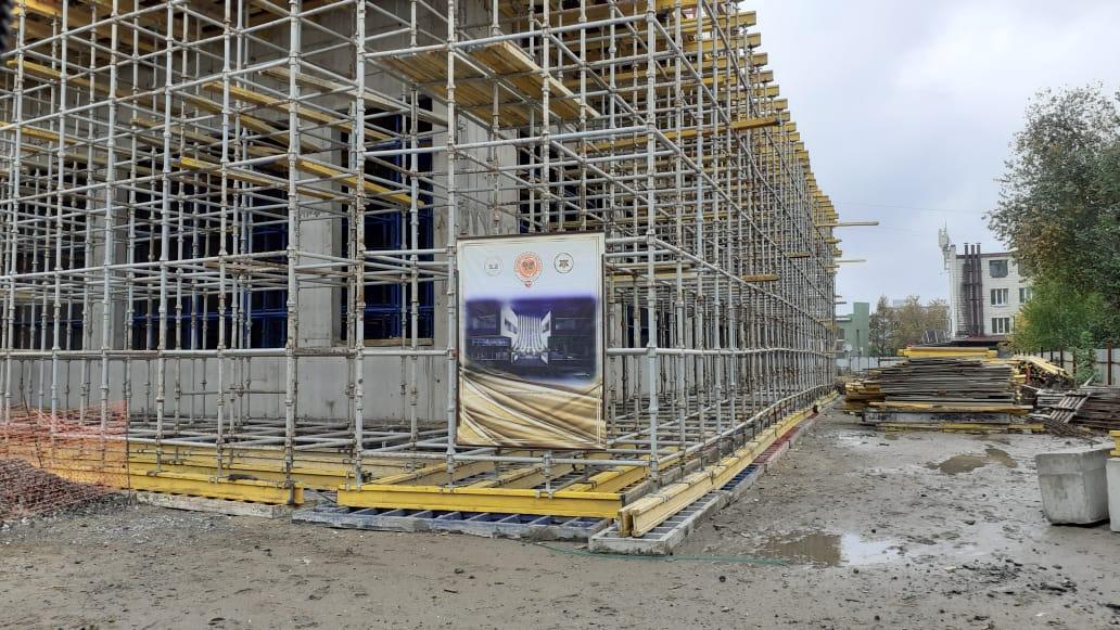 Владыка Иосиф Верт побывал на стройплощадке возводимого еврейской общиной Новосибирска Детского благотворительного центра «ЛЕВ»