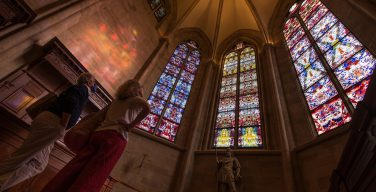 Германия: три витража, изготовленные по эскизам Герхарда Рихарда, переданы аббатству в Толае