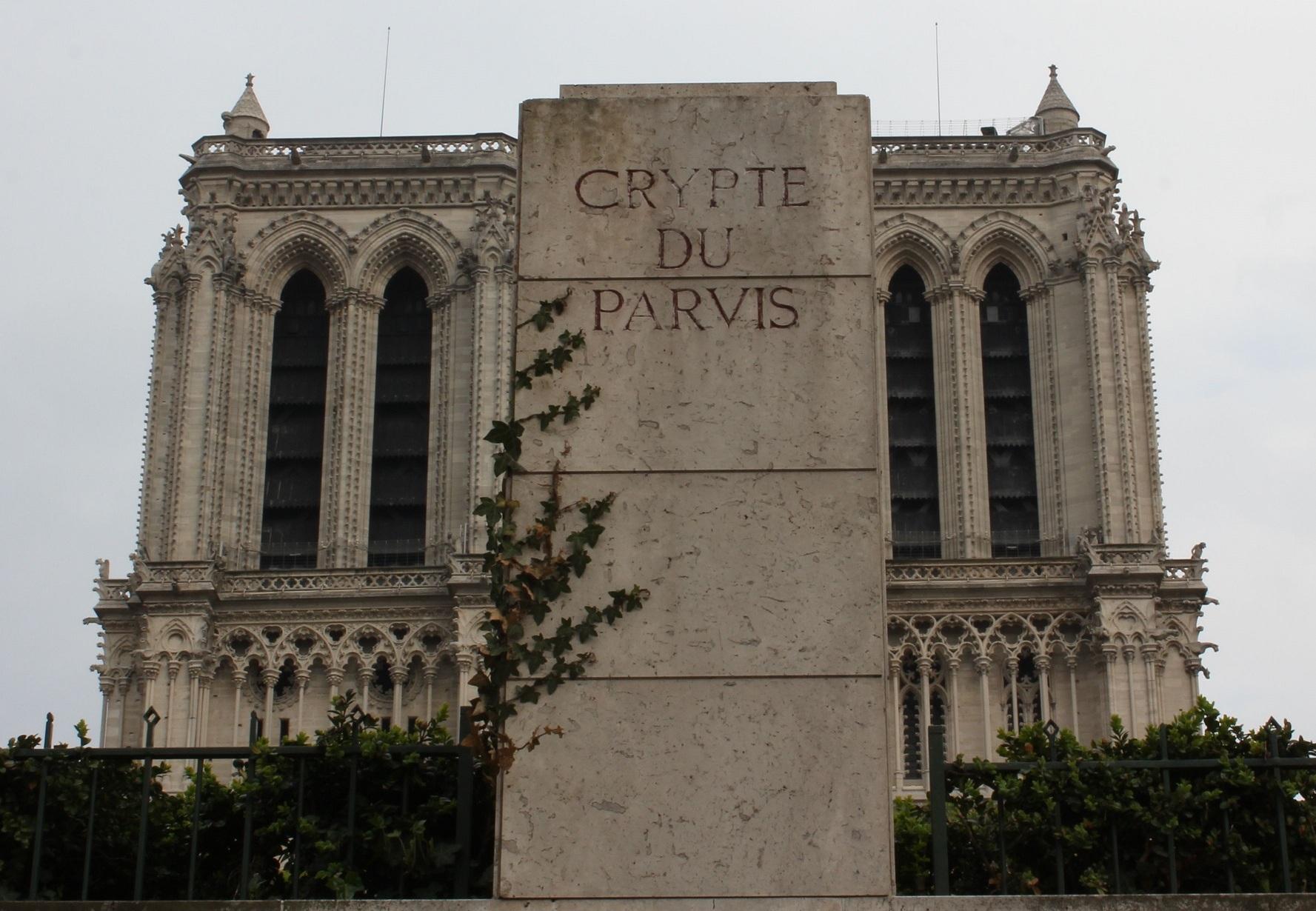 К Нотр-Даму вновь водят экскурсии: открылась крипта собора