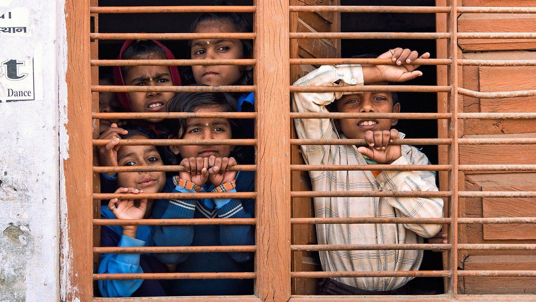 Индия: под предлогом пандемии власти меняют школьную программу