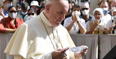 Папа Римский находится под постоянным наблюдением врачей